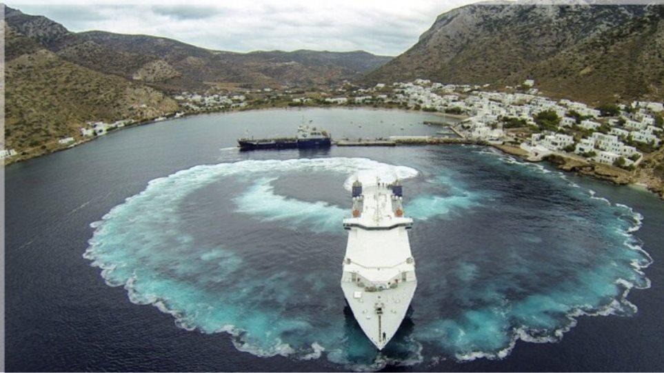 Σίφνος: Το πλοίο έφυγε από το λιμάνι με... πιρουέτα (βίντεο)