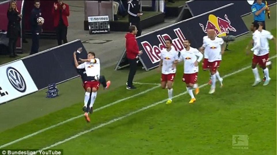 Γερμανία: Πανηγύρισε το γκολ με λαβή του... κατς!