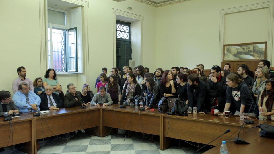 To Μέτωπο Αγώνα Σπουδαστών εναντίον της «εισβολής» φοιτητών στη Σύγκλητο του ΕΚΠΑ