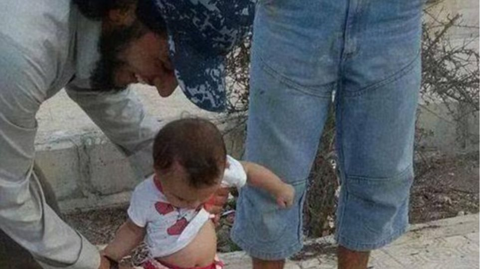 Σοκ: Μωρό παίζει μπάλα με κομμένο κεφάλι Σύρου στρατιώτη