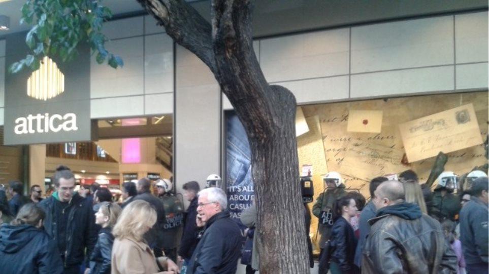 Θεσσαλονίκη: Διαδηλωτές εμπόδισαν πολίτες να μπουν στα καταστήματα