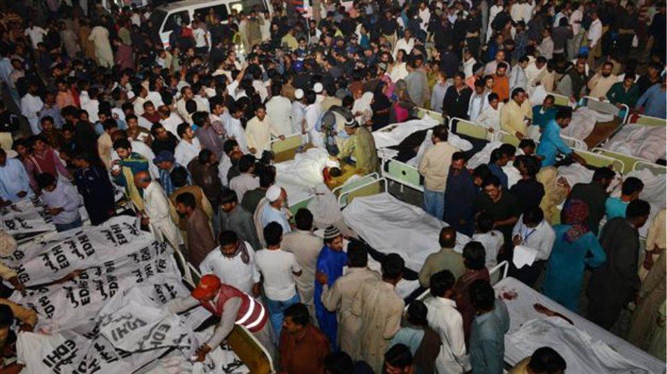 Επίθεση αυτοκτονίας με 55 νεκρούς στα σύνορα Ινδίας-Πακιστάν