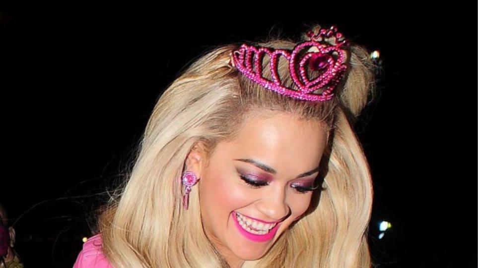 Rita Ora: Φούξια see-through φόρεμα και λευκό εσώρουχο