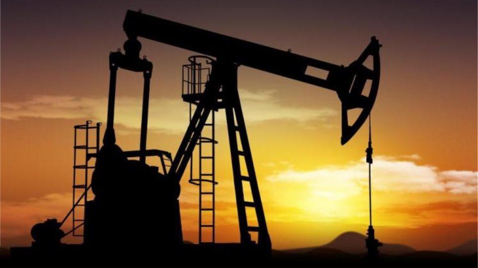 Η Σαουδική Αραβία γκρεμίζει τις τιμές του πετρελαίου
