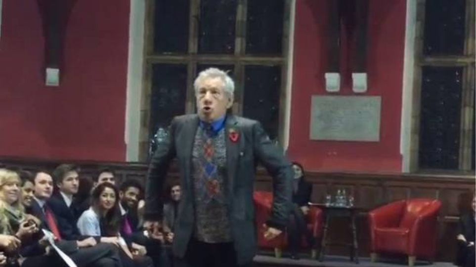 Sir Ian McKellen: Παίζει την πιο διάσημη σκηνή του από τον «Άρχοντα των Δαχτυλιδιών» σε φοιτητές