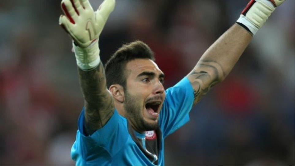 Βίντεο: Τρελός για τον Ολυμπιακό ο γιος του Ρομπέρτο τραγουδά τον ύμνο της ομάδας!