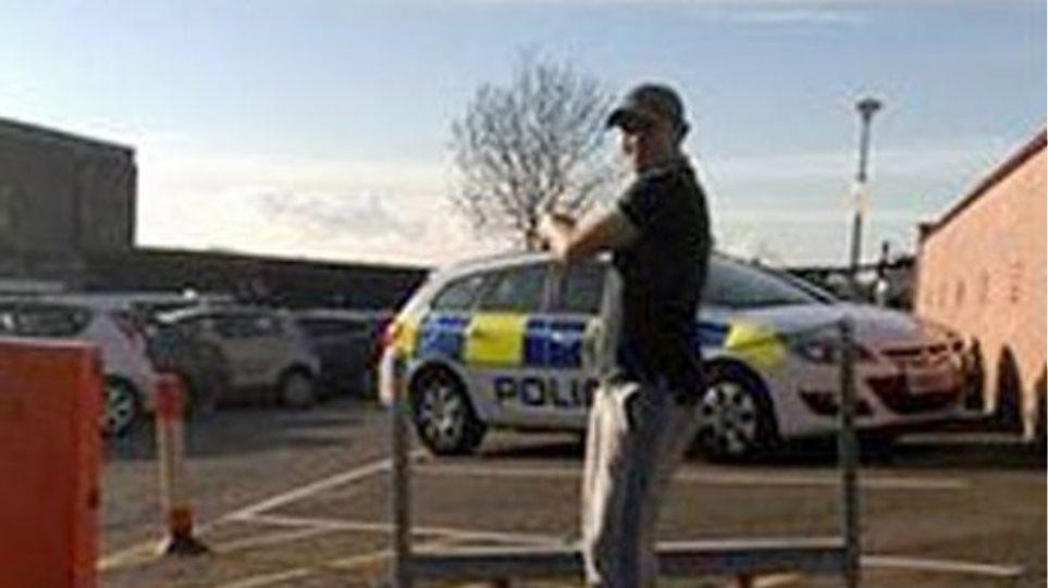 Βρετανός καταζητούμενος βγάζει selfie έξω από το αστυνομικό τμήμα!