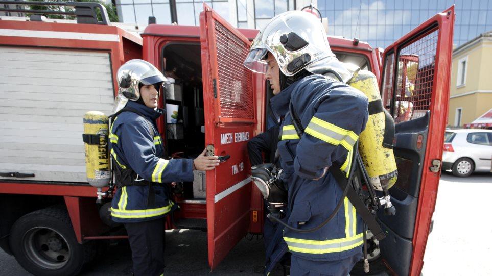 Κατασβέστηκε η φωτιά σε επιχείρηση με εύφλεκτα υλικά στου Ρέντη