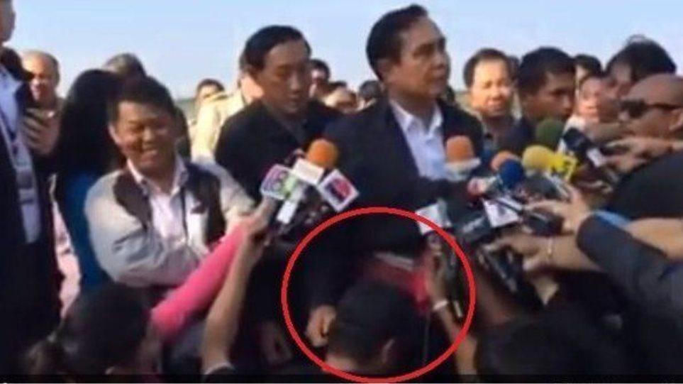 Ταϊλάνδη: Ο πρωθυπουργός τράβηξε το αυτί δημοσιογράφου!