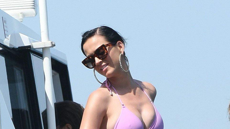 Katy Perry: Με ροζ μπικίνι σε πολυτελές σκάφος στο Σίδνεϊ