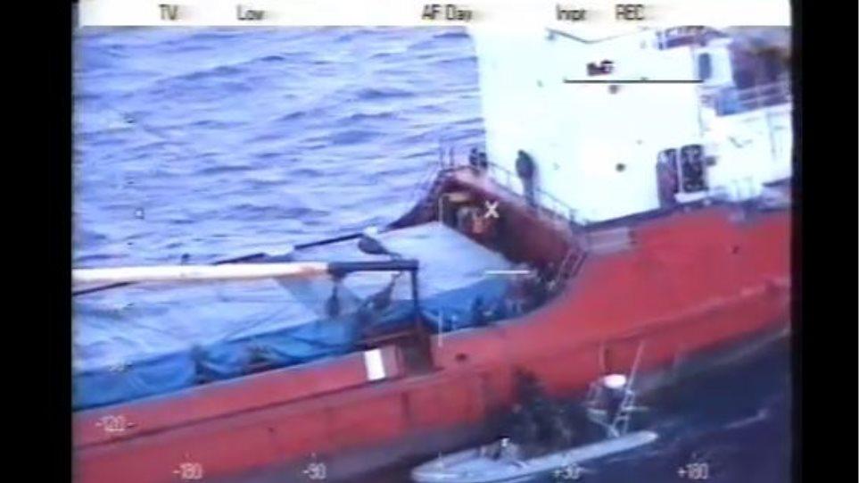 Καρέ-καρέ η επίχειρηση των ειδικών δυνάμεων του Λιμενικού στο πλοίο Baris