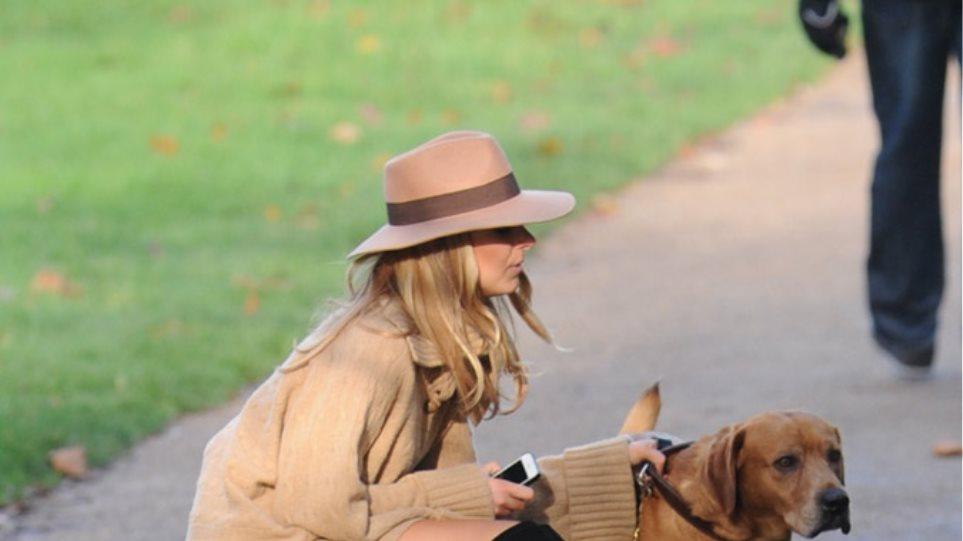 Kimberley Garner: Καυτή εμφάνιση στη βόλτα με το σκύλο της