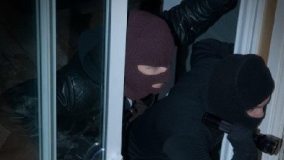 Εύβοια: Κουκουλοφόροι ληστές μπήκαν μέρα μεσημέρι στο σπίτι ηλικιωμένων