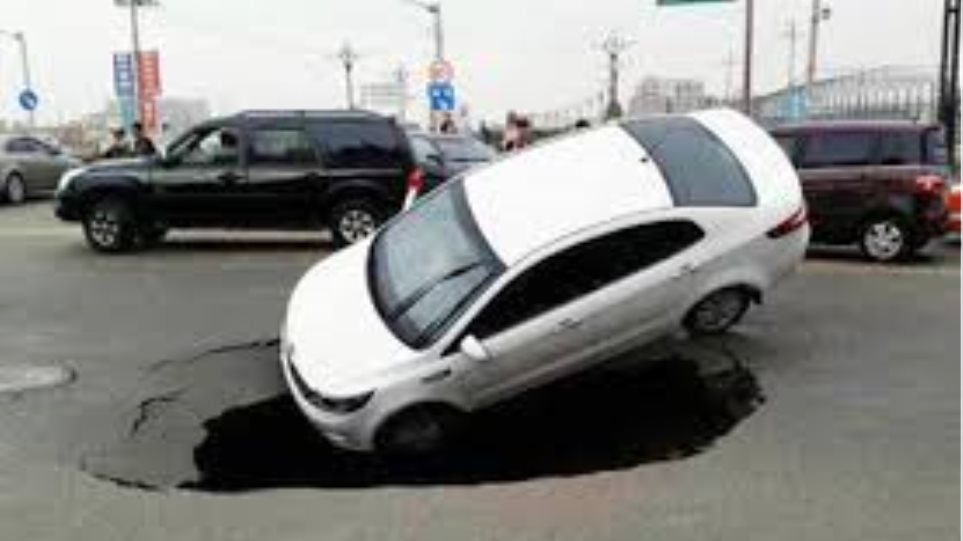 Βίντεο: Δείτε πώς μια τρύπα «κατάπιε» αυτοκίνητο στη μέση του δρόμου