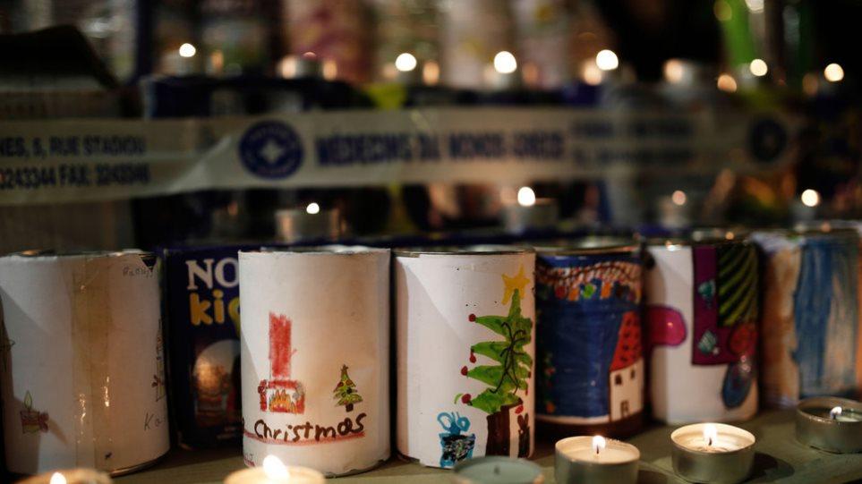 Χριστουγεννιάτικα δέντρα με κουτιά από γάλα σε σταθμούς του μετρό