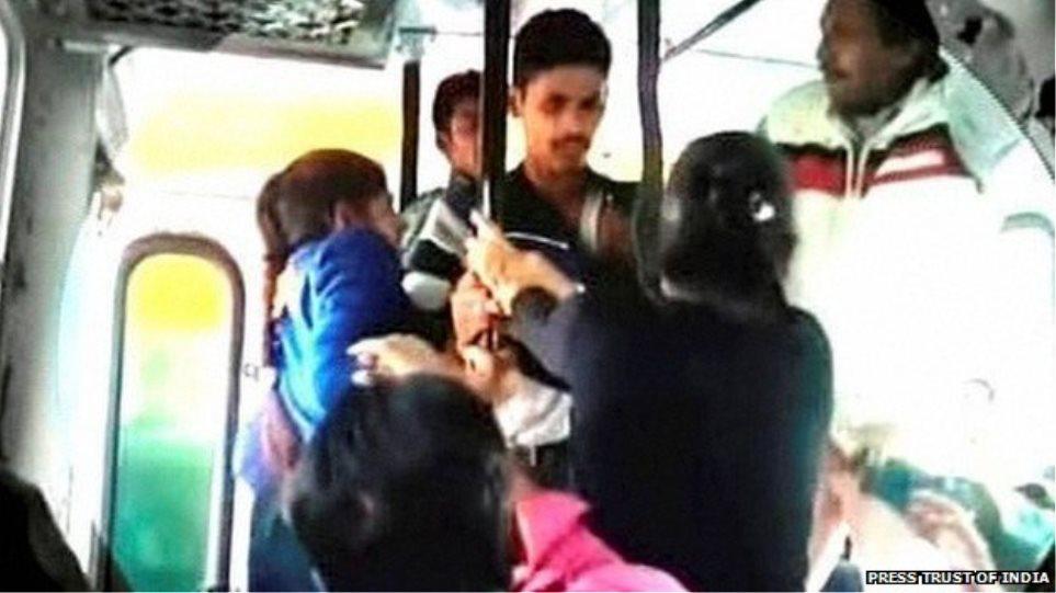 Ινδία: Δείτε πώς αντέδρασαν δύο αδελφές όταν προσπάθησαν να τις βιάσουν μέσα σε λεωφορείο