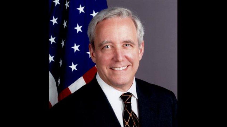 Ο Αμερικανός πρέσβης εύχεται «να επιμείνει η κυβέρνηση» και «να τα αλλάξει όλα»