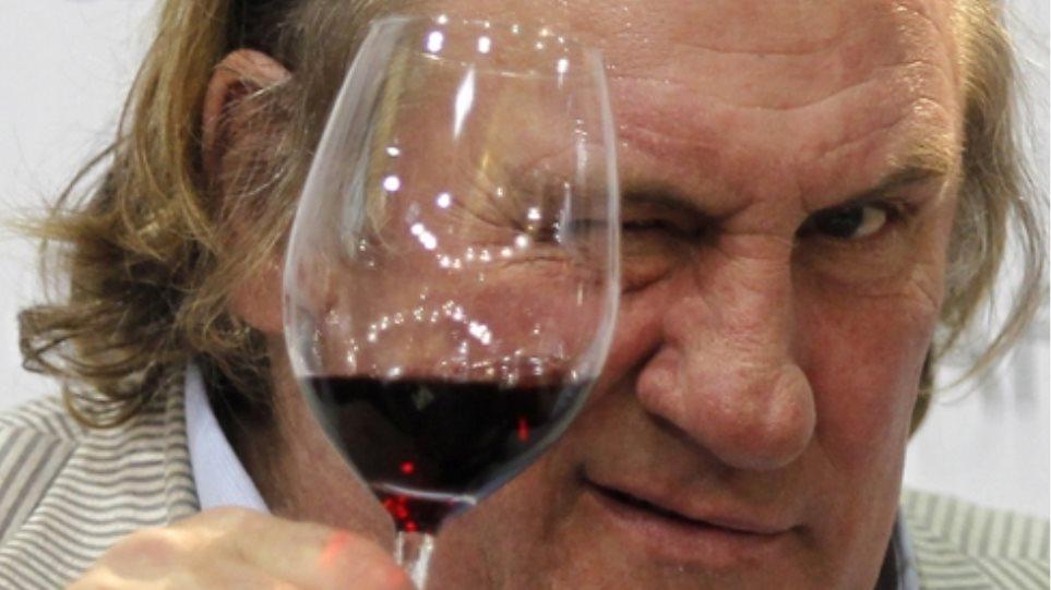 «Τύφλα» στο μεθύσι ο Ζεράρ Ντεπαρντιέ σε θεατρική παράσταση