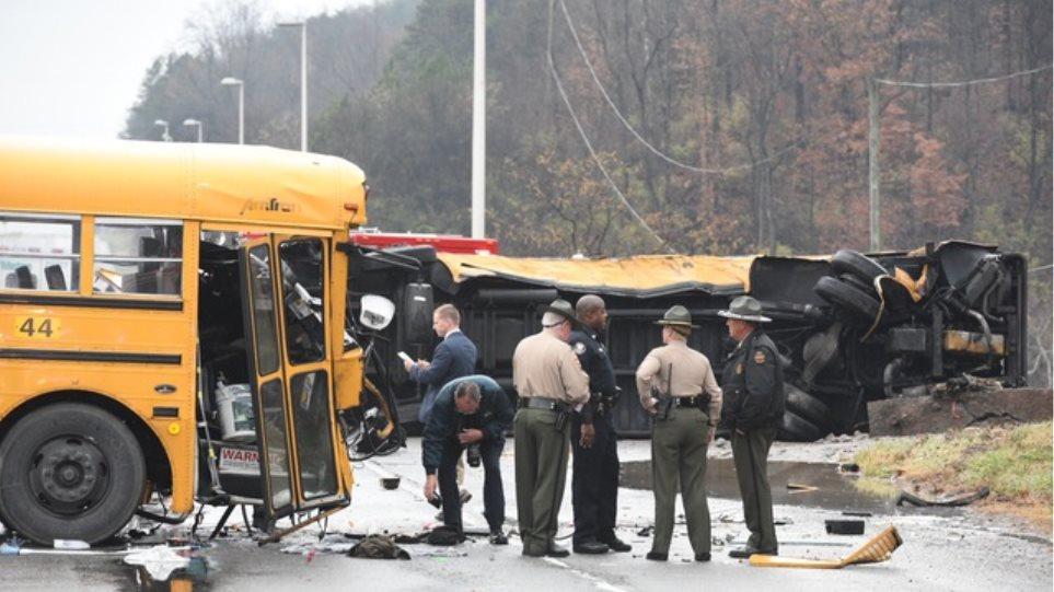 Φωτογραφίες: Τρεις νεκροί από μετωπική σύγκρουση σχολικών λεωφορείων στις ΗΠΑ