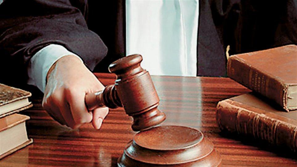 Λιβαδειά: Δικηγόρος νομιμοποιούσε μετανάστες με πλαστά χαρτιά
