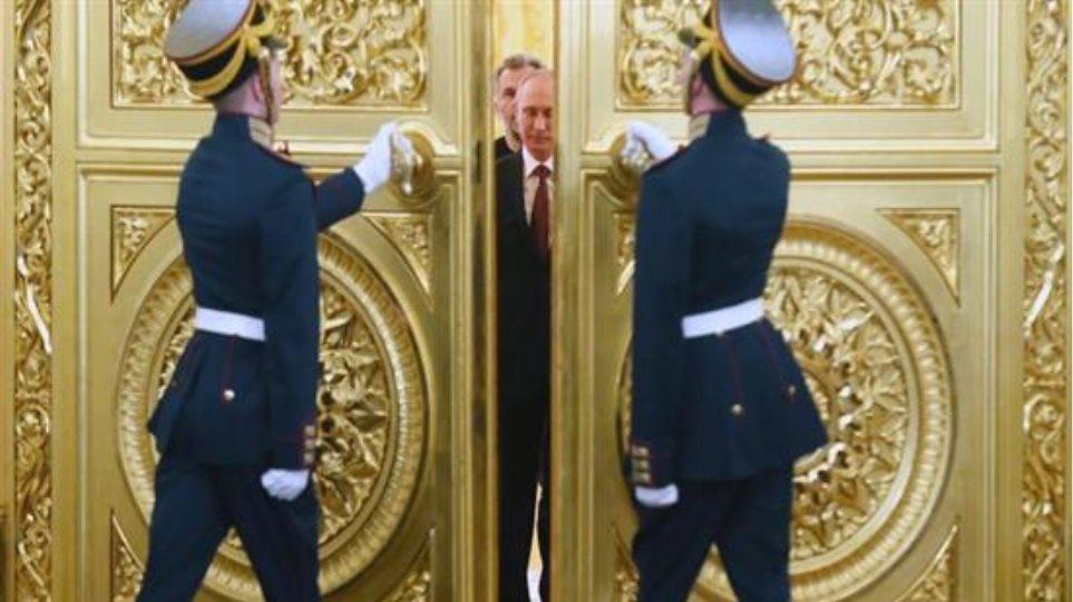 Γιατί ο Πούτιν «παγώνει» τους μισθούς της κυβέρνησής του