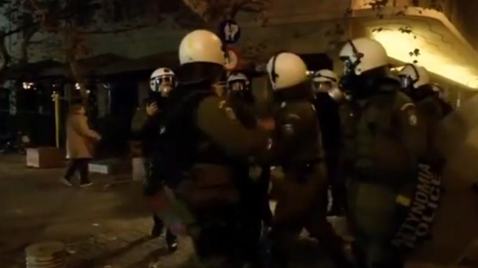 Βίντεο: Άγριος ξυλοδαρμός συλληφθέντα από αστυνομικό