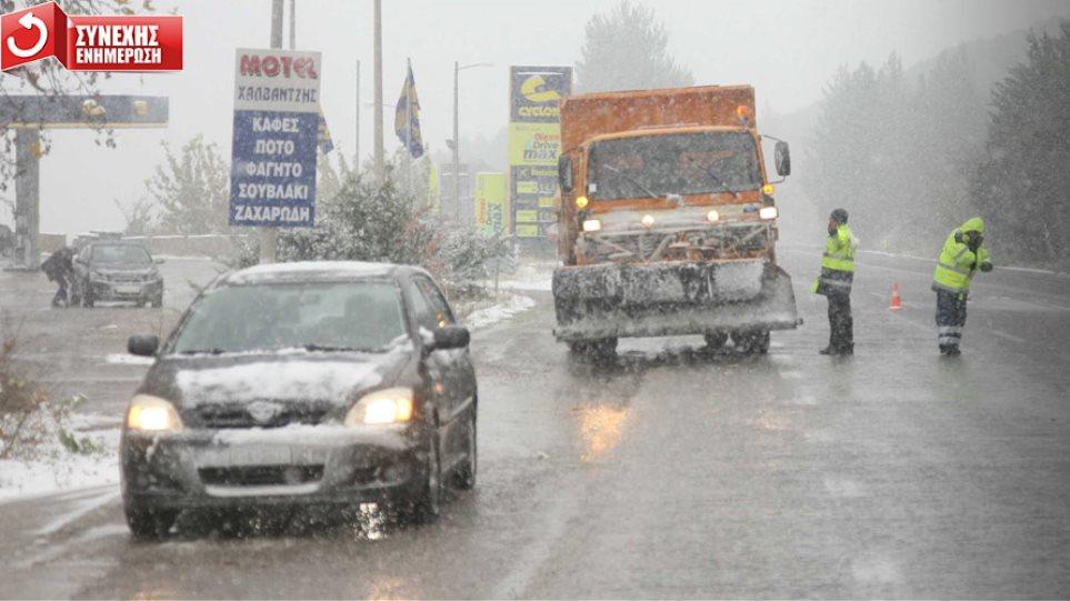 Πάγωσε η χώρα - Δεκάδες εγκλωβισμένοι οδηγοί