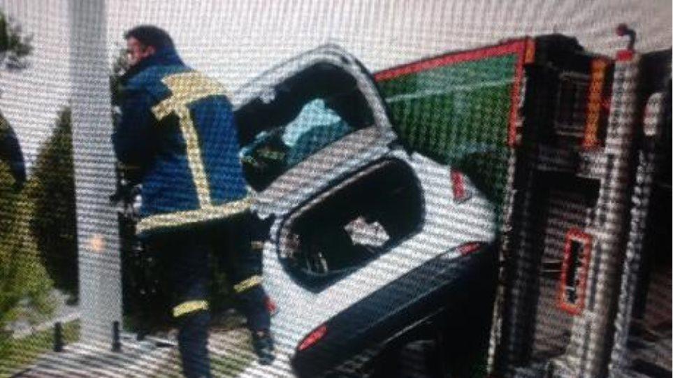 Φωτογραφίες: Νταλίκα ντελαπάρισε απο τον αέρα και εγκλώβισε ΙΧ!