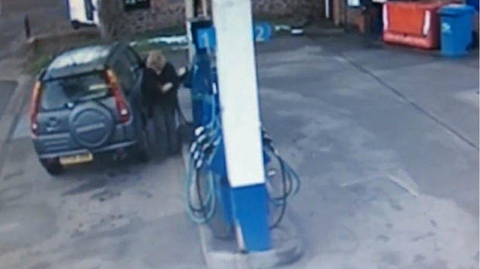 Βίντεο: Πώς βάζει βενζίνη μια γυναίκα οδηγός