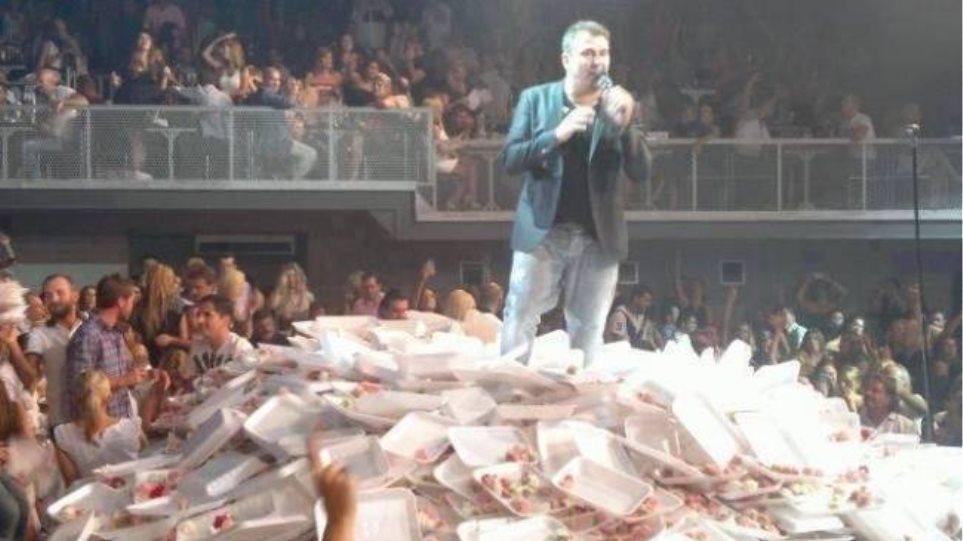 Ντέπυ Γκολεμά: Παρακμιακή η φωτογραφία που «λούζουν» τον Ρέμο με γαρύφαλλα