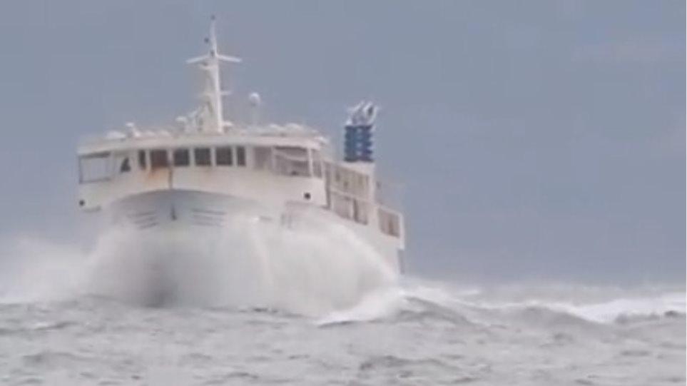 Βίντεο: Δείτε το θρυλικό «Σκοπελίτη» να δαμάζει τα κύματα