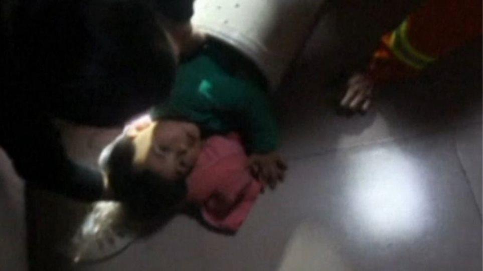 Βίντεο: Πυροσβέστες απεγκλωβίζουν κοριτσάκι από πλυντήριο ρούχων