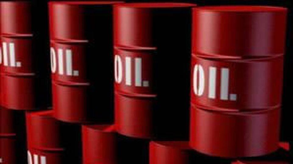 Nέο χαμηλό πενταετίας στην τιμή του πετρελαίου: Υποχώρησε στα 55,25 δολάρια το βαρέλι