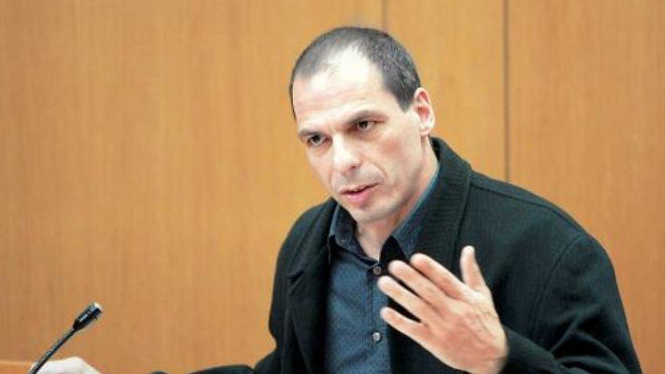 Βαρουφάκης: Με χρεωστική κάρτα θα δοθεί η βοήθεια του ΣΥΡΙΖΑ στους αναξιοπαθούντες