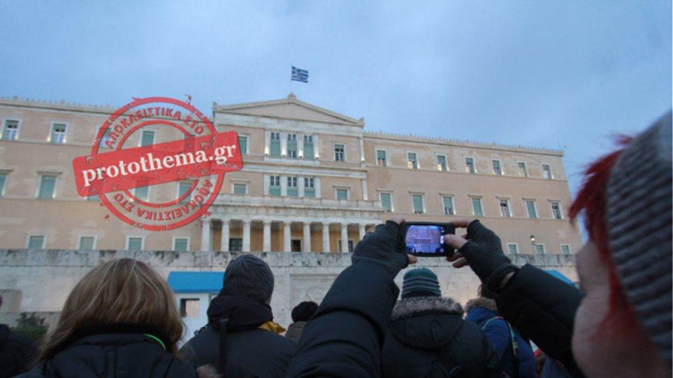 «Ανάσα Αξιοπρέπειας» παίρνουν οι Έλληνες στις πλατείες