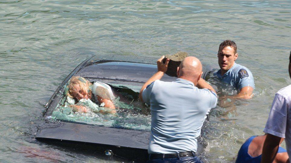 Δείτε καρέ - καρέ την διάσωση γυναίκας από αυτοκίνητο που βυθίζεται!