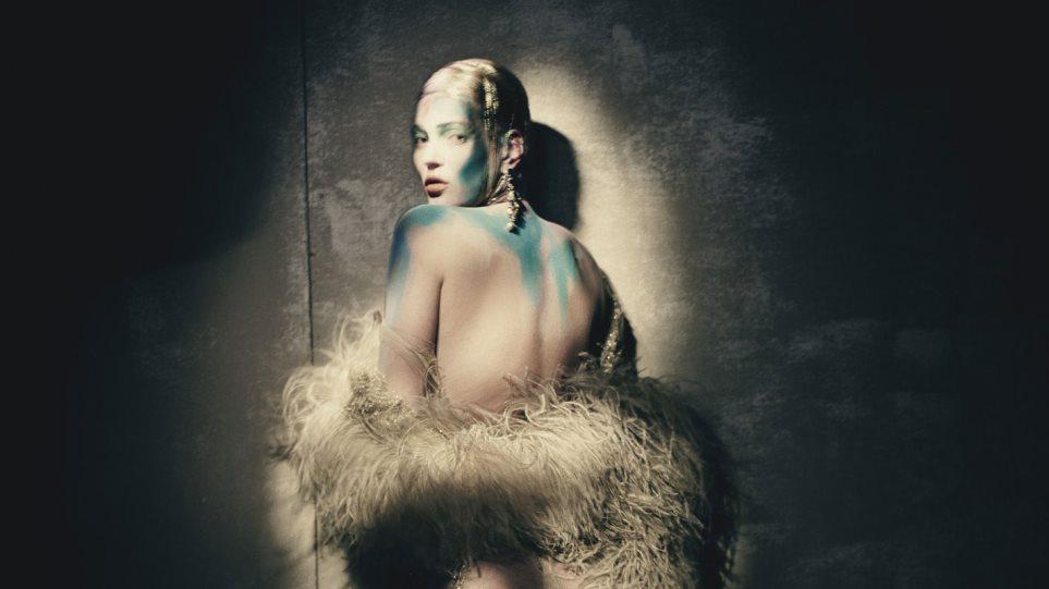 Kate Moss: Τόπλες και με βαμμένο το στήθος