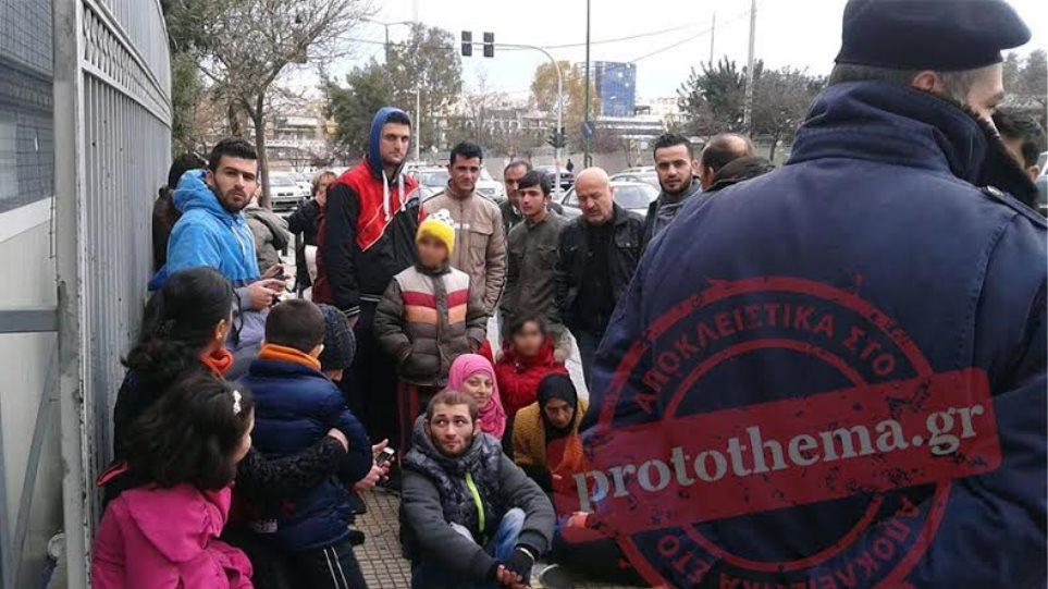 Oι μετανάστες ζητούν πολιτικό άσυλο - Διαμαρτυρία έξω από το υπουργείο Δημόσιας Τάξης