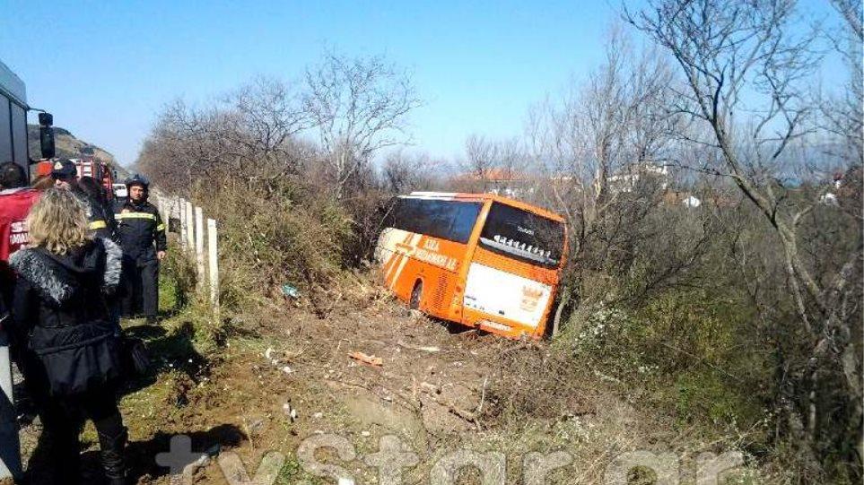 Φωτογραφίες: Λεωφορείο των ΚΤΕΛ Θεσσαλονίκης έπεσε σε χαντάκι
