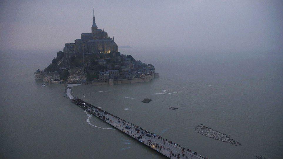 Γαλλία: Χιλιάδες άνθρωποι στις ακτές της δυτικής Γαλλίας για την «παλίρροια του αιώνα»