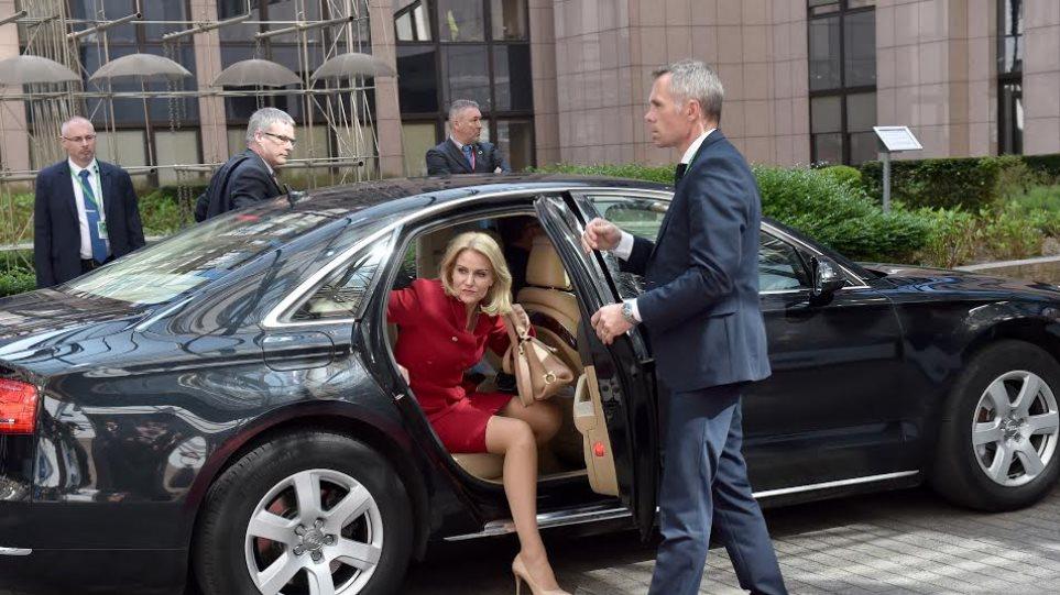 Το κόκκινο ταγέρ της κυρίας «Gucci Helle»... αποσυντονίζει τη Σύνοδο Κορυφής