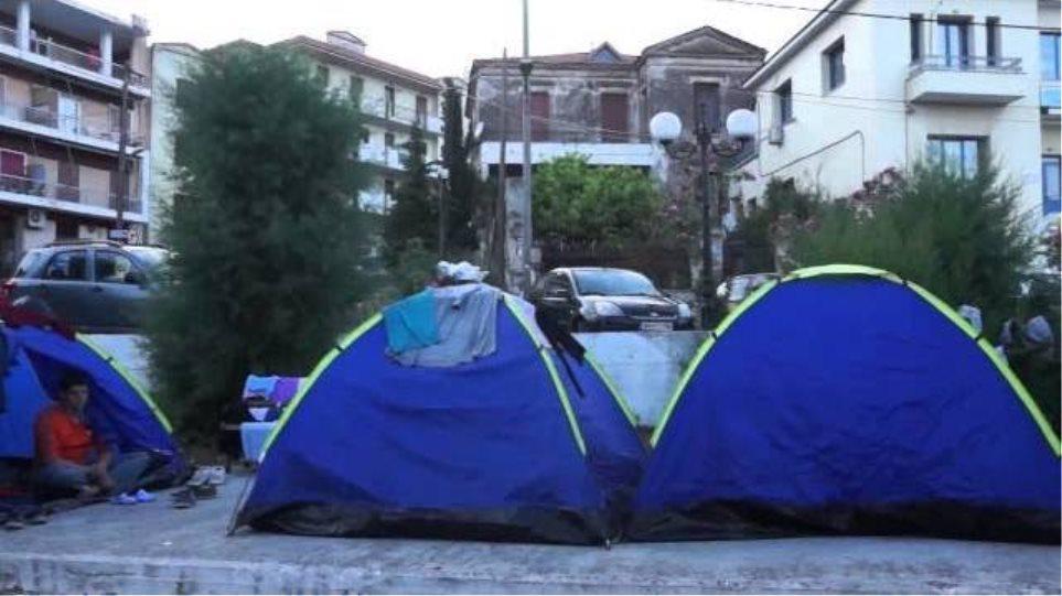 Μυτιλήνη: Οι μετανάστες κάνουν ουρές έξω από οίκο ανοχής!