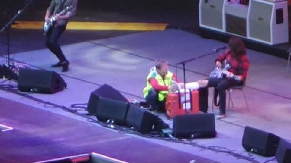 O τραγουδιστής των Foo Fighters έσπασε το πόδι του επί σκηνής και συνέχισε τη συναυλία