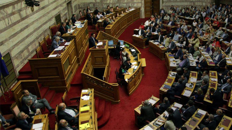 Στα αγγλικά και σε ένα άρθρο η πρόταση στη Βουλή - Το μεσημέρι η Ολομέλεια