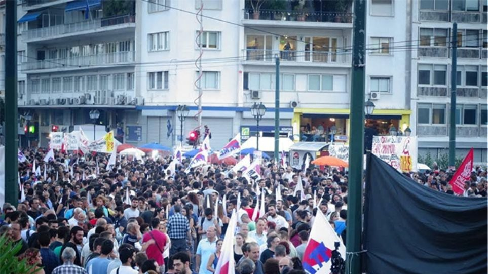 Συγκέντρωση του «όχι» στο Σύνταγμα: «Κάτω τα χέρια από τη Δημοκρατία»
