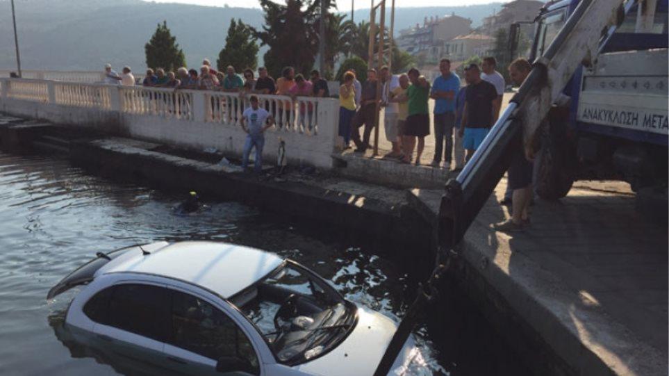 Αμφιλοχία: Τρεις γυναίκες «βούτηξαν» με το αυτοκίνητό τους στο λιμάνι