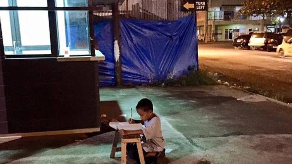 Φιλιππίνες: Viral φωτογραφία ενός άστεγου παιδιού αλλάζει ριζικά τη ζωή του