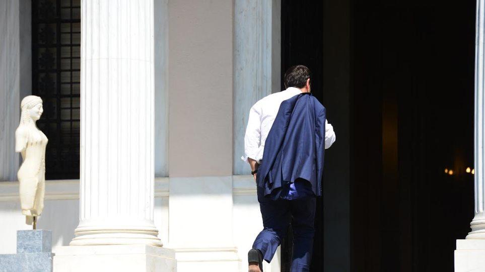 Δείτε φωτογραφίες: Με το σακάκι του στον ώμο, έφτασε στο Μαξίμου ο Τσίπρας