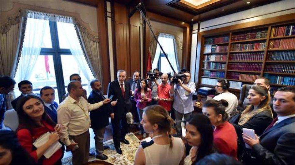 Τουρκία: Ο Ερντογάν ξεναγεί δημοσιογράφους στο παλάτι του!