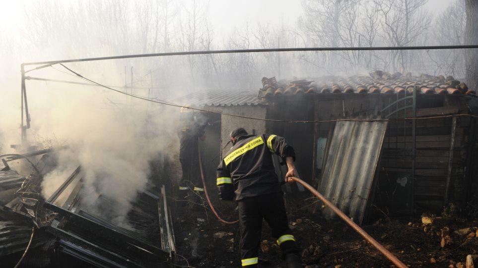 Συνεχίζει να καίει η πυρκαγιά στην Μαλακάσα